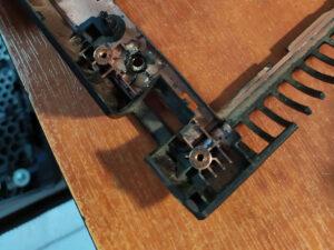 Пошкодженні кріплення петель ноутбука